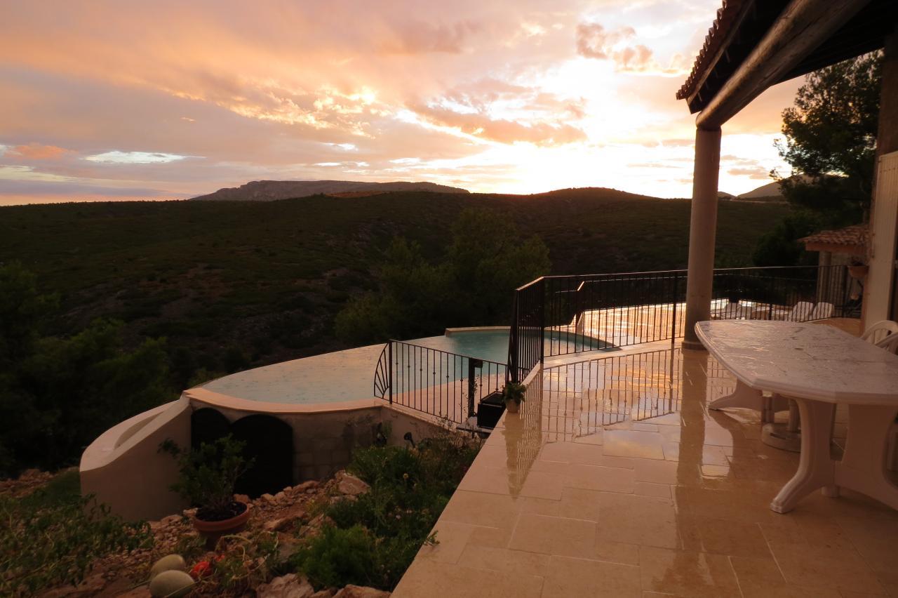 Villa cassis avec piscine sur vue magnifique mer et massif for Location savoie avec piscine